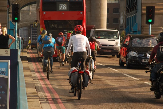 Londra, ciclisti sul London Bridge