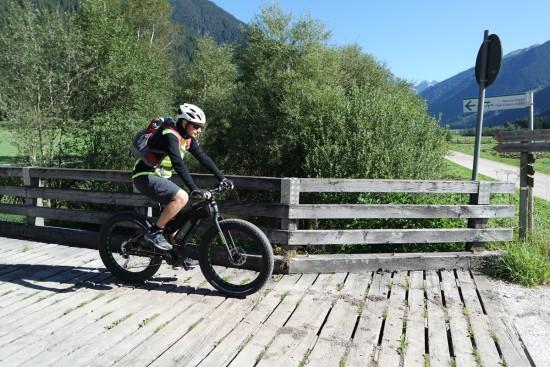 In bici su un ponte