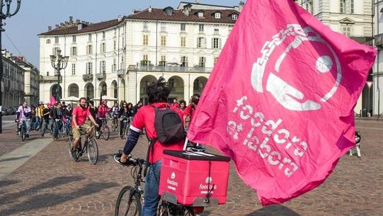 A Torino scatta la protesta dei corrieri in bici di Foodora