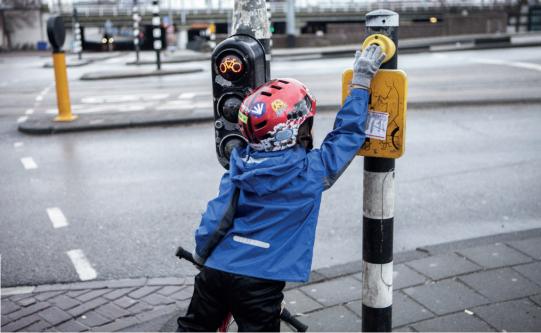 bambino-chiama-il-semaforo