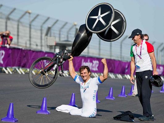 Alex Zanrdi solleva da vincente la sua handbike alle paralimpiadi di Londra 2012