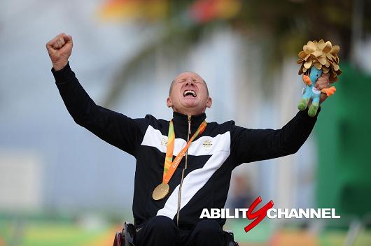 Paolo Cecchetto esulta con l'oro nella gara individuale di handbike delle olimpiadi di Rio