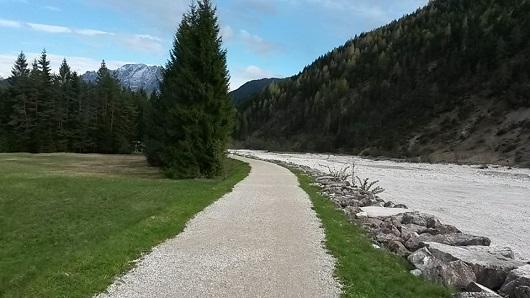il primo tratto della pista che costeggia il torrente Ansiei