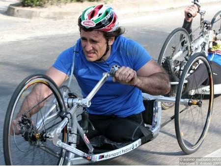 Alex Zanardi, nel breve e pionieristico periodo in cui aveva optato per la pedalata asincrona