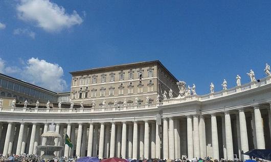 San Pietro. Papa Francesco affacciato alla finestra del Palazzo Apostolico per l'Angelus