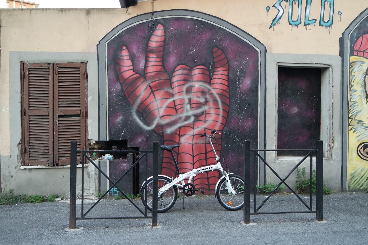 bici appoggiata al muro
