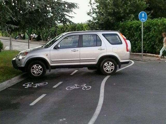 Auto su pista ciclabile