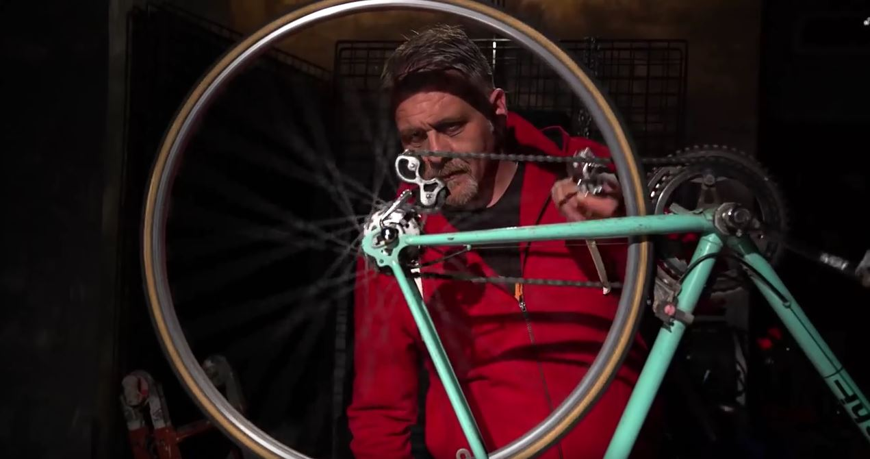 uomo con bici