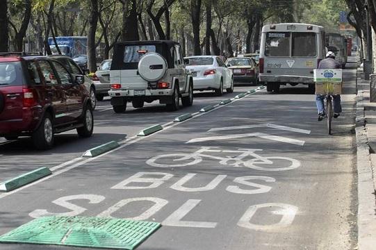 36ciclo......22-Noviembre-2012...Ciudad..foto....Fernando Ramirez..... Retiran algunos señalamientos de la Ciclovia del Paseo de la Reforma a la altura de Polanco.