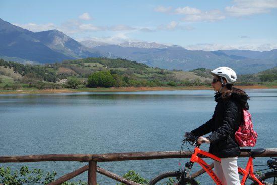 bici accanto al lago