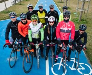 Ciclista su pista ciclabile