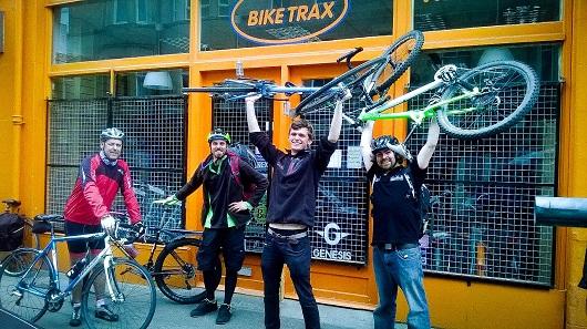 Lo staff del negozio Biketrax, tutti appassionati ciclisti.