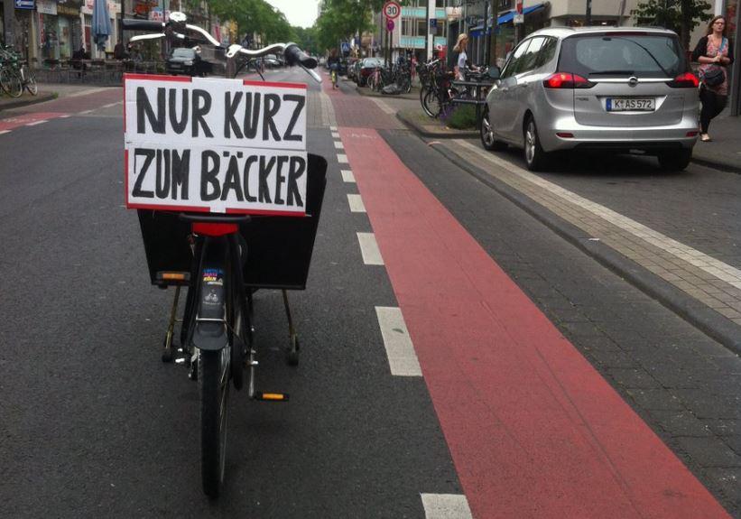 cargo bike parcheggiata su strada