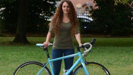 Le rubano la bici, lei trova il ladro e se la riprende