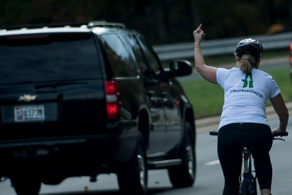 ciclista saluta trump