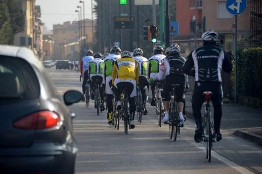 Ciclisti affiancati, in gruppo