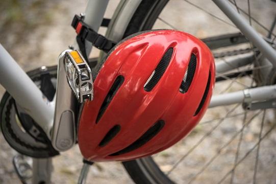 Mettere il casco in bici, il codice della strada