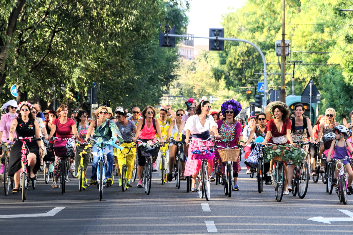 Milano-fancy-women-bike-ride credit gegi