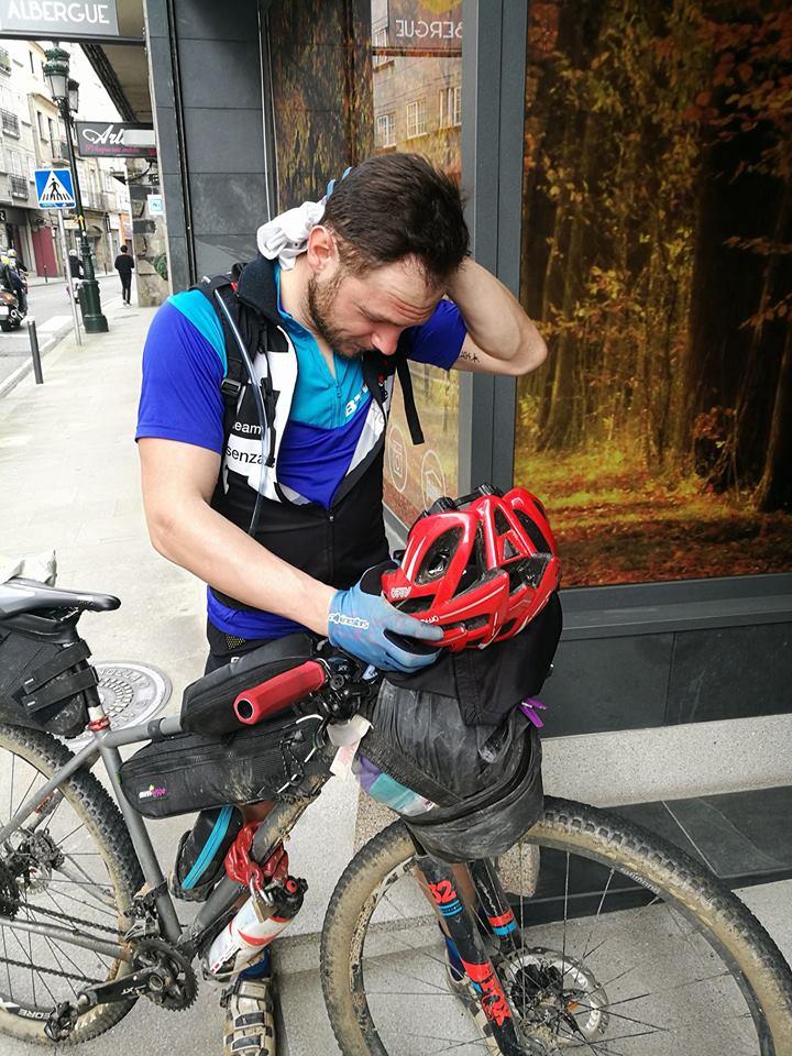 ciclista che soffre dolori in bici