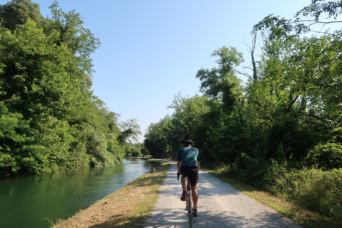 Bici gravel lungo un canale
