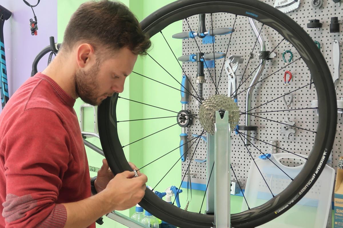 uno che centra la ruota della bici