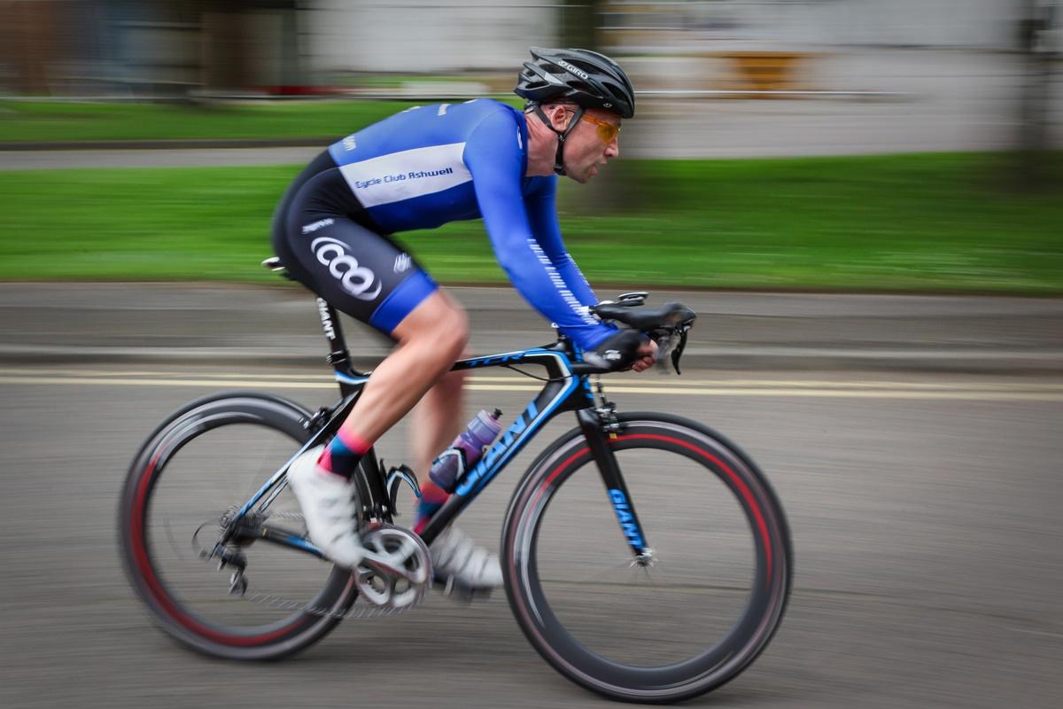 un ciclista che usa i muscoli
