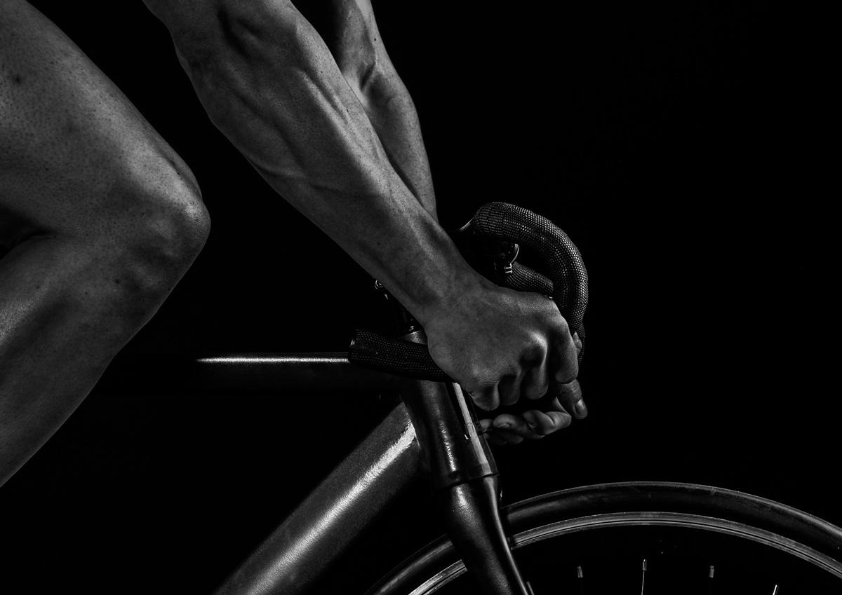 un ciclista coi muscoli
