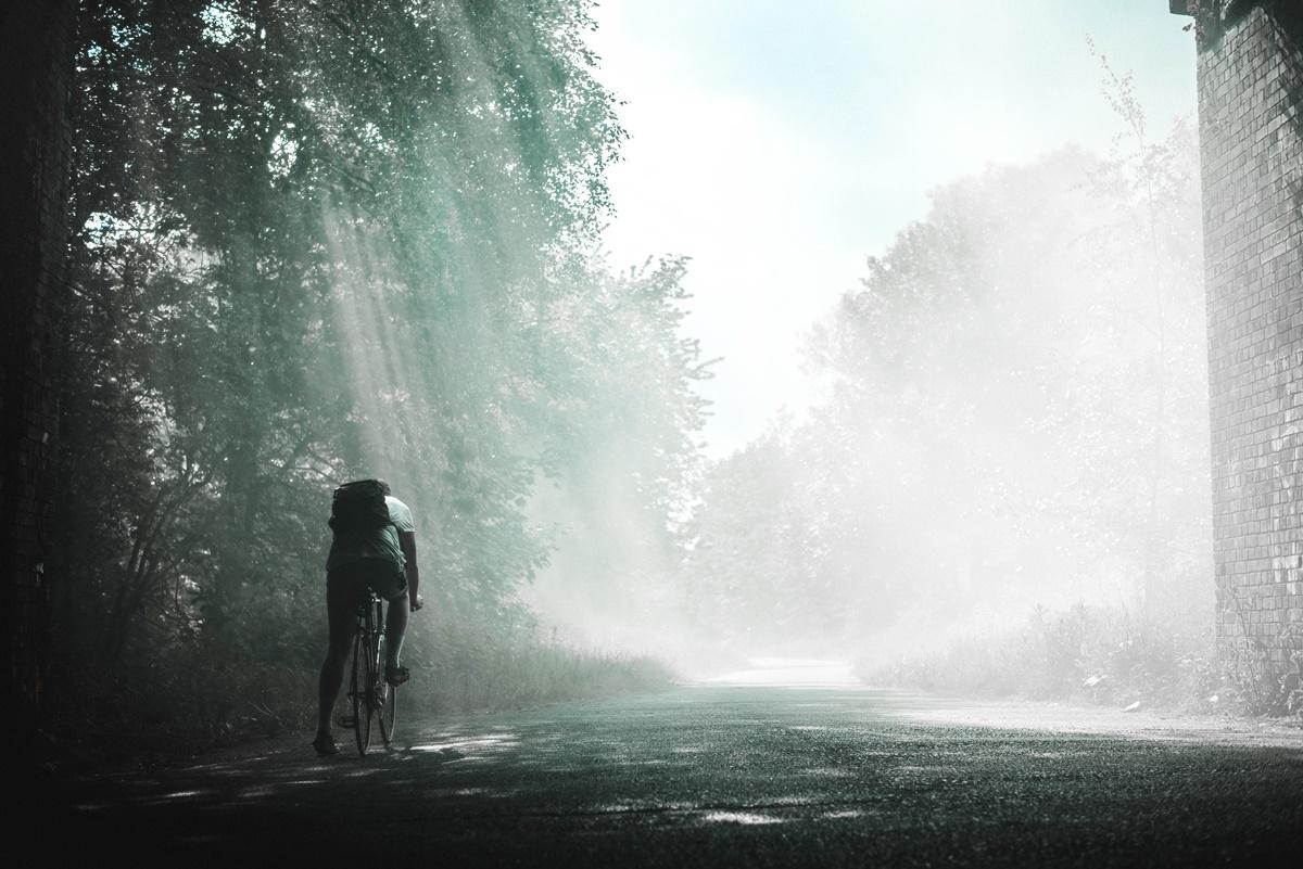 uno che fatica in bicicletta