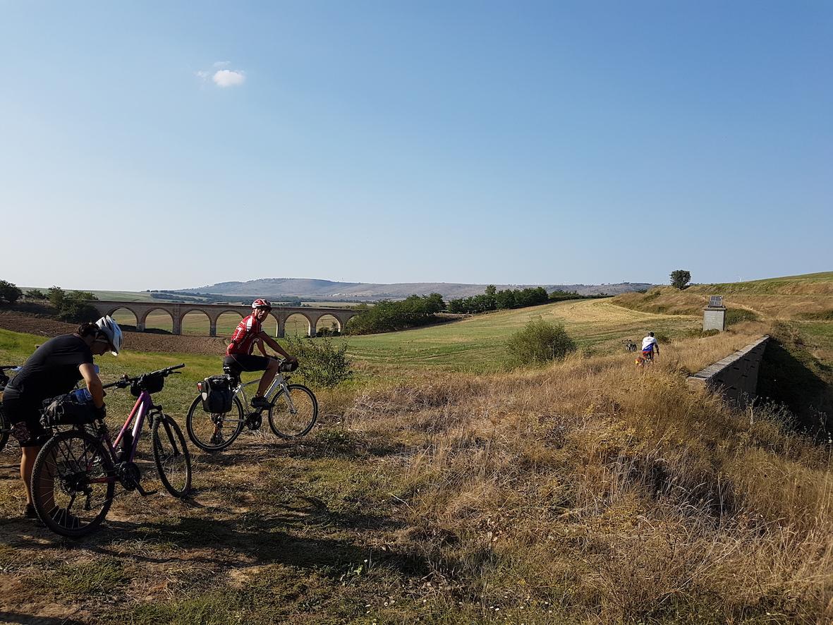 Ciclovia dell'Acquedotto Pugliese panorama con bici