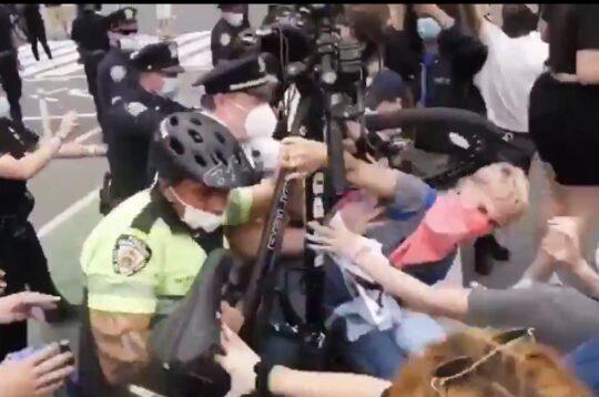 Stati Uniti, la polizia usa le bici come armi