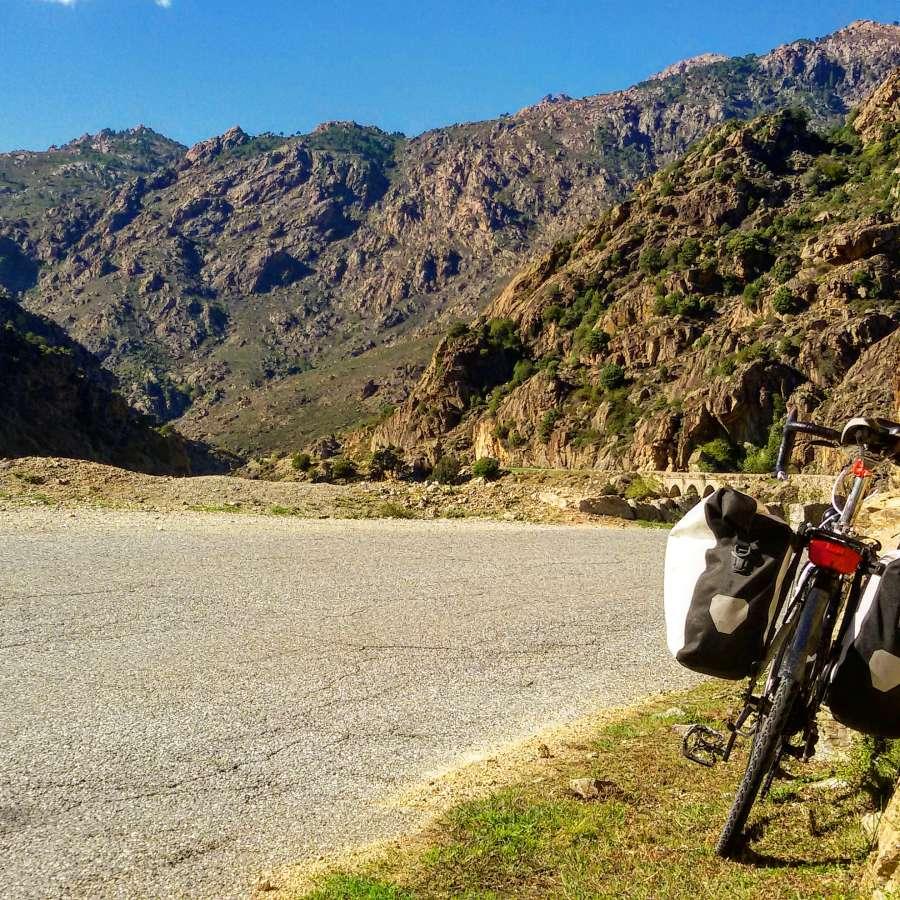 Cicloturismo la bici carica per il viaggio