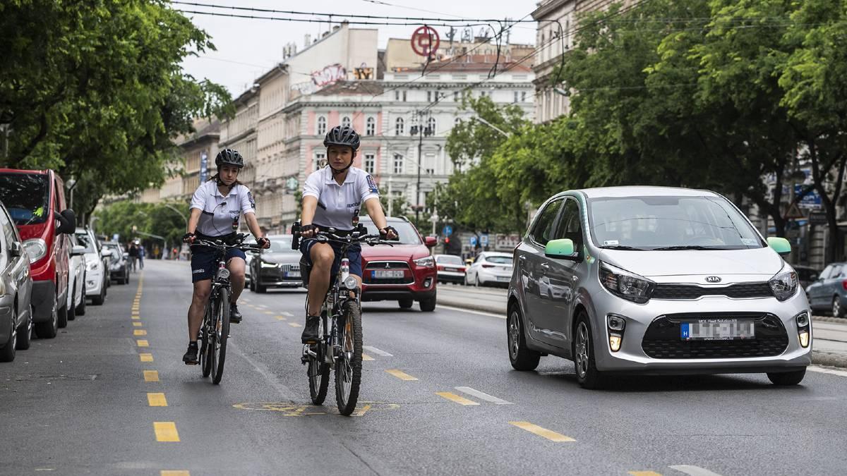 Budapest, pattuglia vigili in bici su ciclabile pop-up