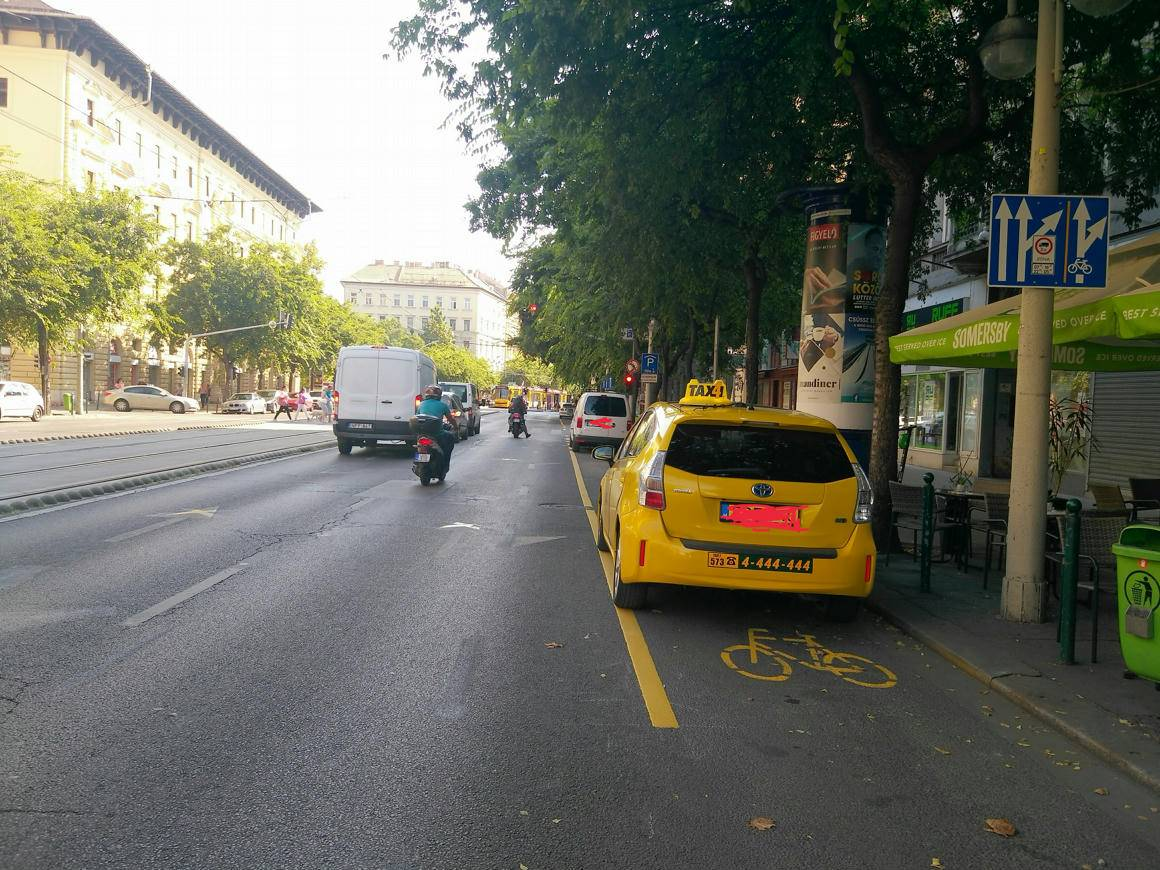 Budapest, taxi in sosta sulla ciclabile