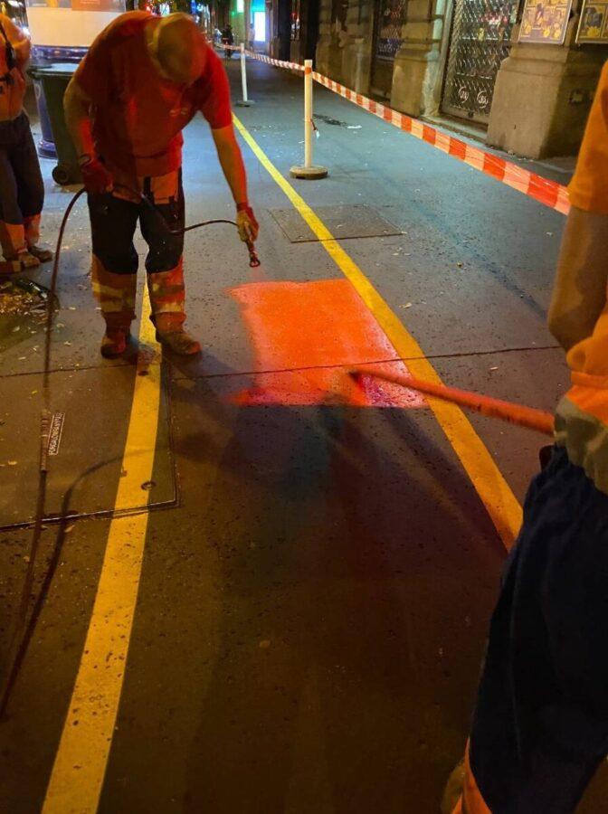 Budapest, operai disegnano ciclabile sul marciapiede