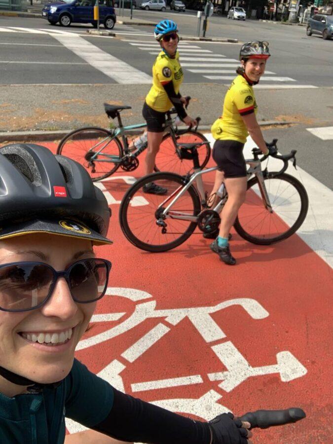 Donne in bicicletta sulla ciclabile