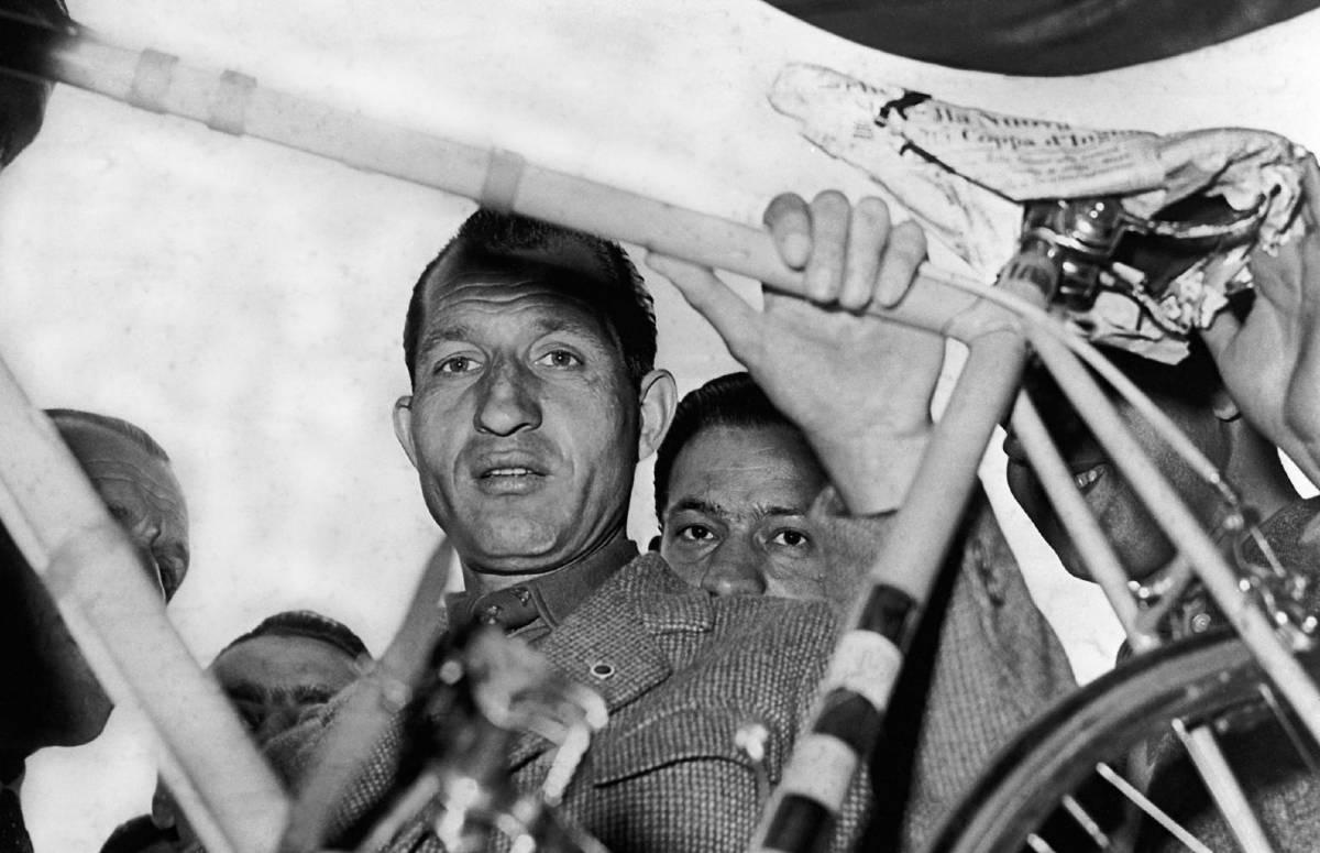 Gino Bartali con la sua bicicletta