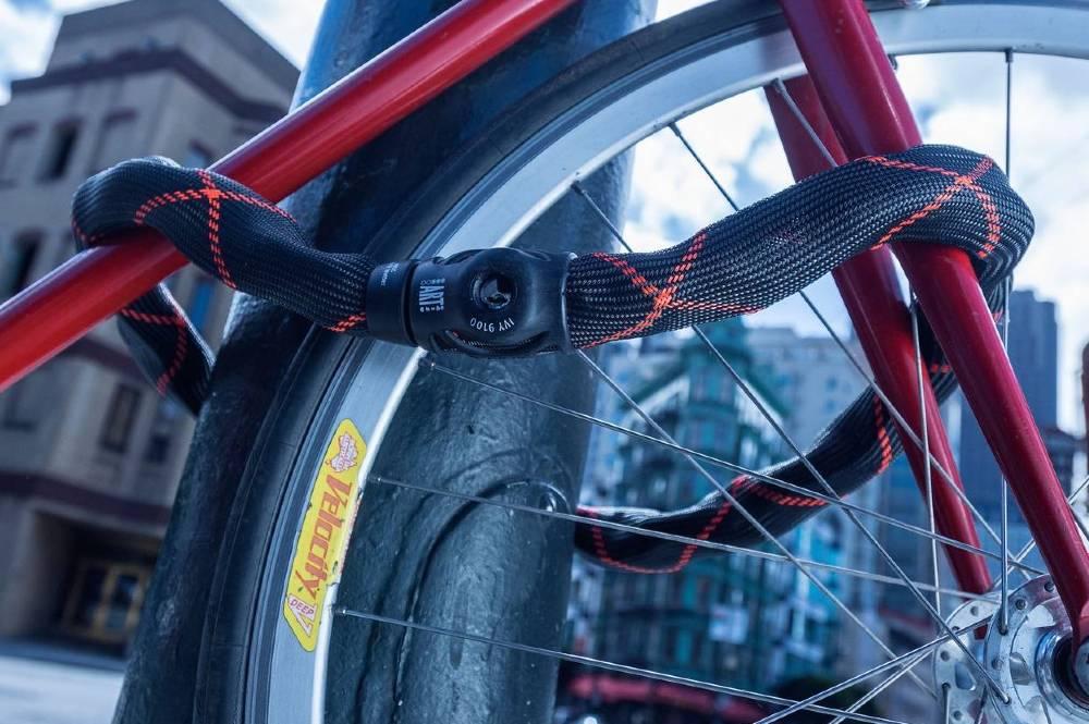 Catena Abus Ivy Chain bici legata a un palo