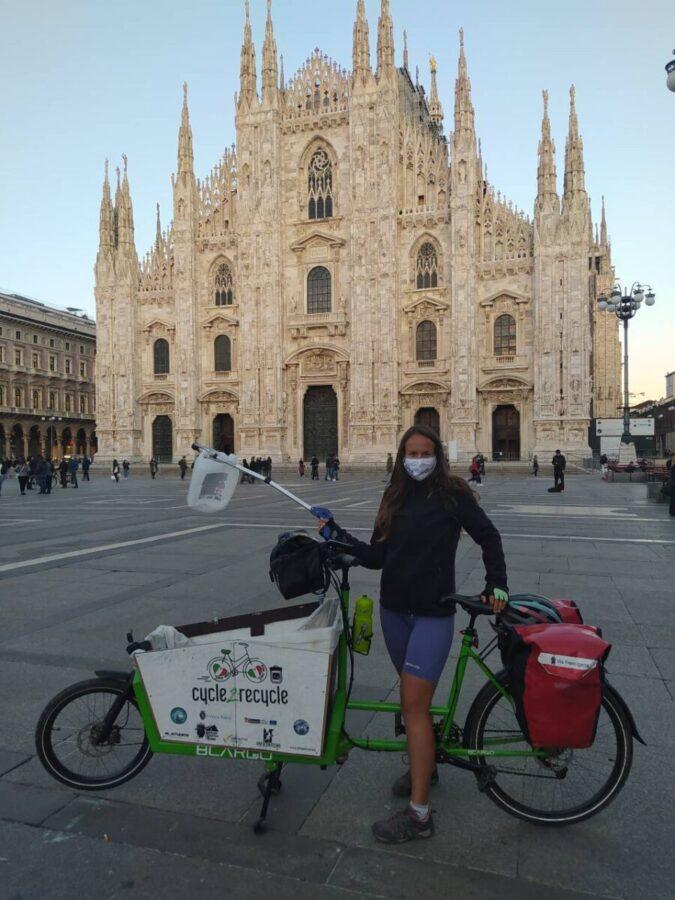 Myra Stals a Milano con la cargo bike in Piazza Duomo