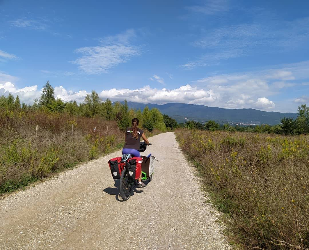 Myra Stals mentre pedala in Toscana