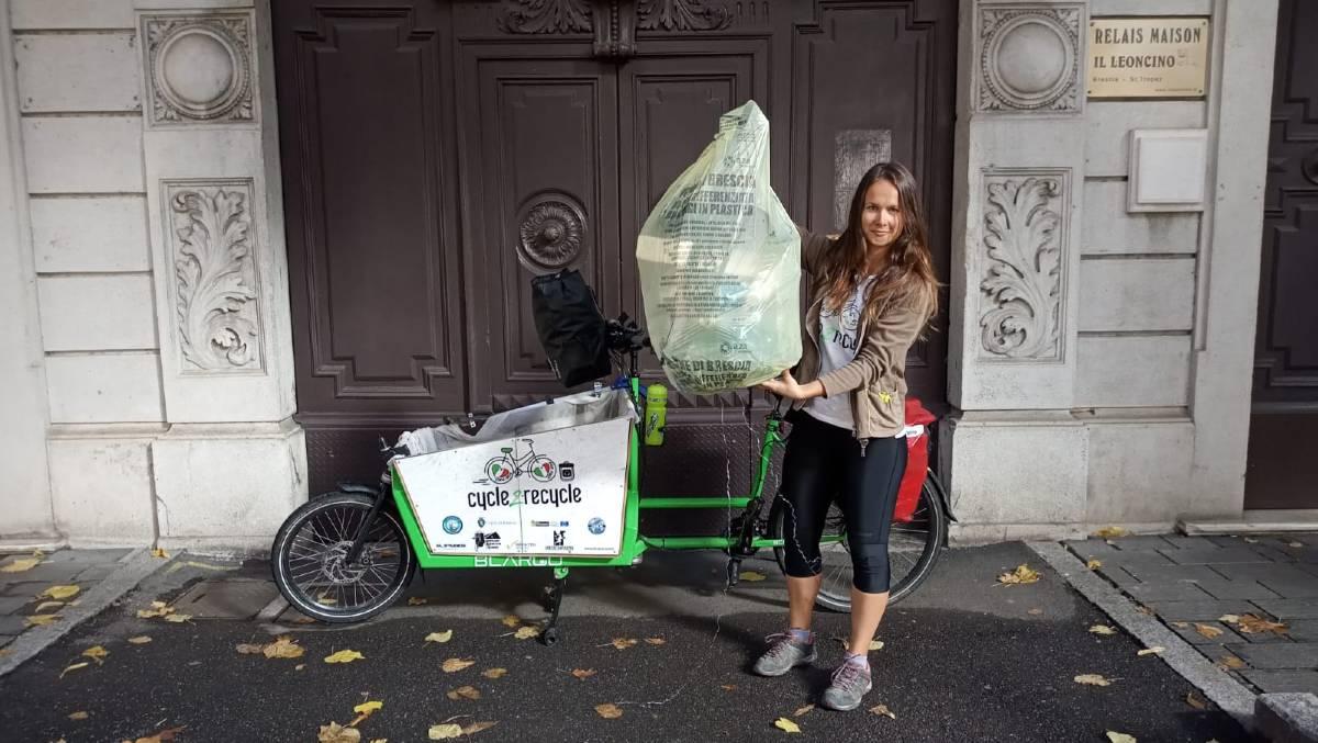 A Brescia con un sacco di rifiuti di plastica raccolti pedalando in cargo bike