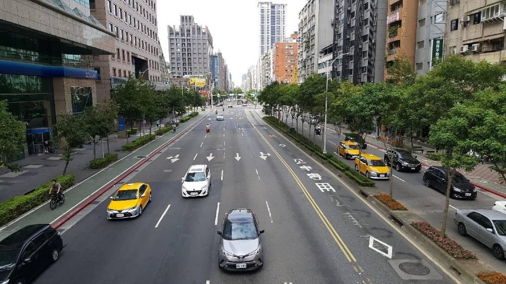 Traffico auto corsie asfalto Taipei cicalbile