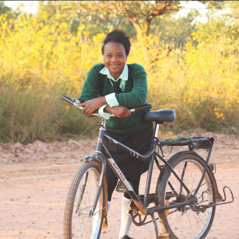 Studentessa va a scuola in Africa con una Buffalo Bike di World Bicycle Relief