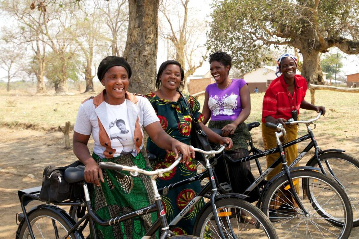 Donne africane con le bici donate dal programma World Bicycle Relief