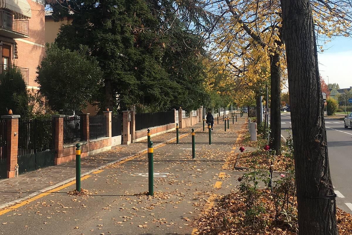 I paletti installati sulla pista ciclabile di Modena sono ostacoli fissi pericolosi per chi pedala