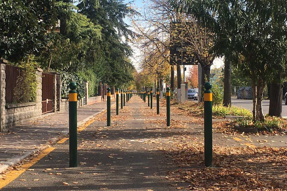 Paletti in funzione antisosta su una pista ciclabile di Modena