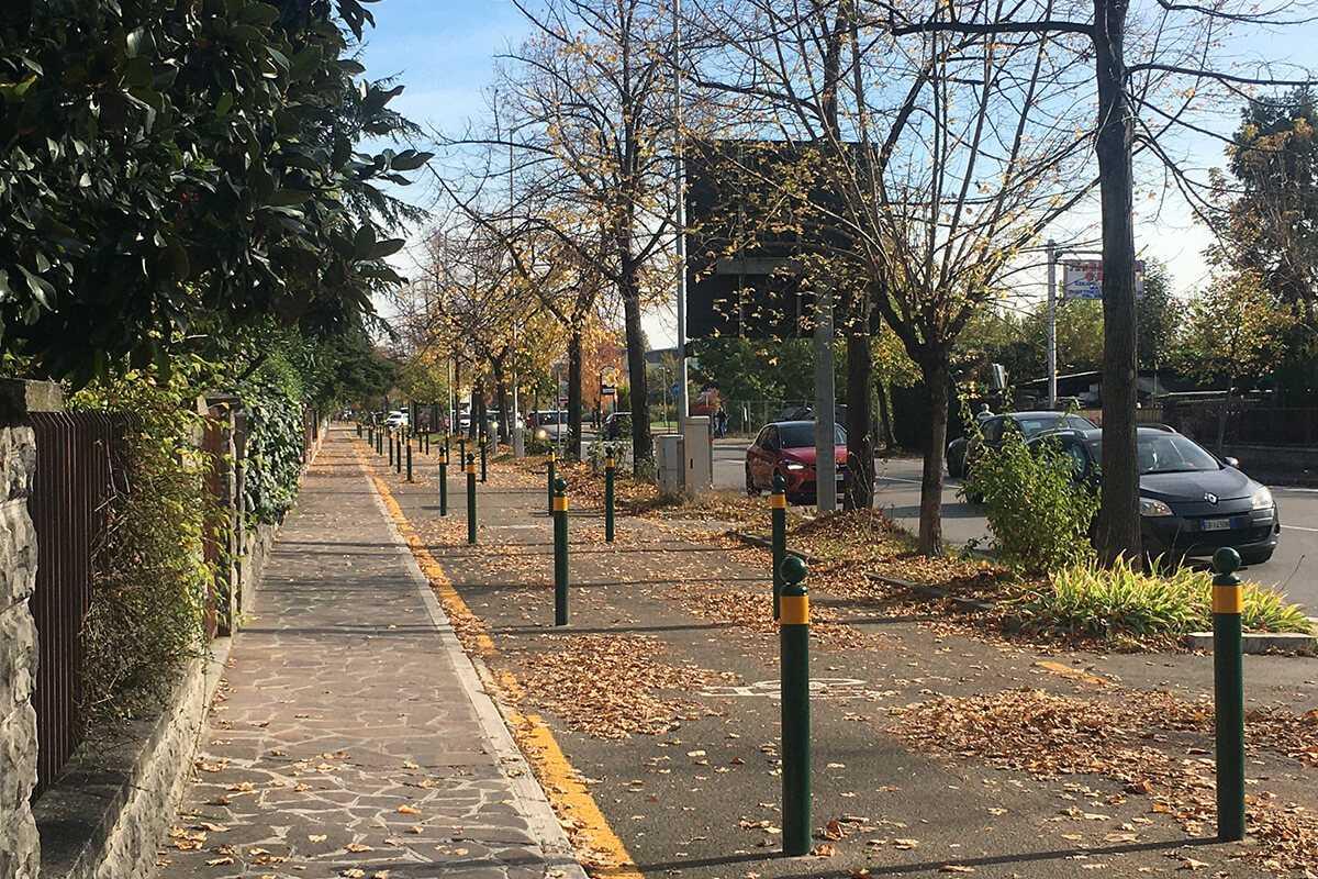 I paletti installati sulla pista ciclabile di Modena: 36 in 100 metri