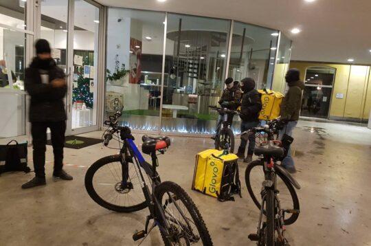 Rider in attesa di prendere un ordine da consegnare in bici