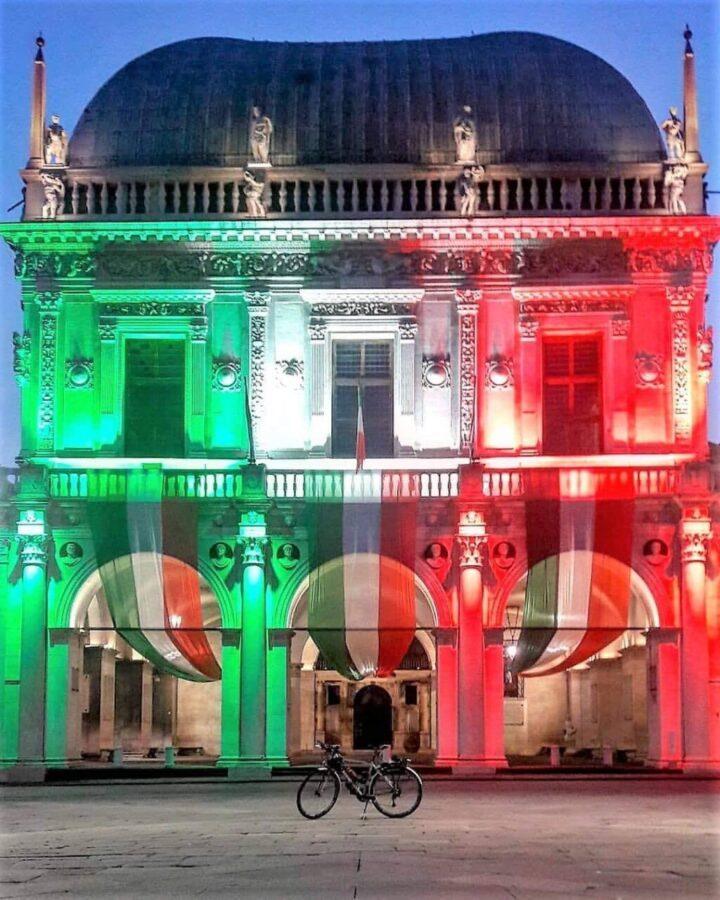 Brescia piazza della Loggia: tricolore per la Festa della Liberazione