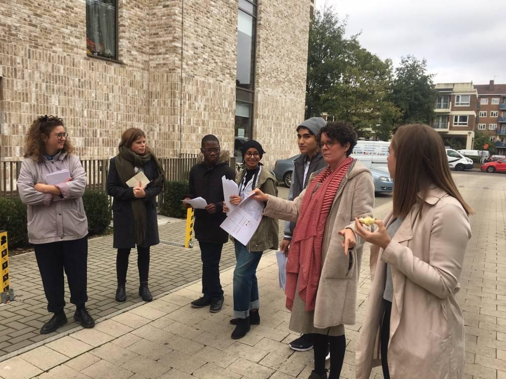 Dinah Bornat in strada con i ragazzi (per gentile concessione di ZDC Architects)