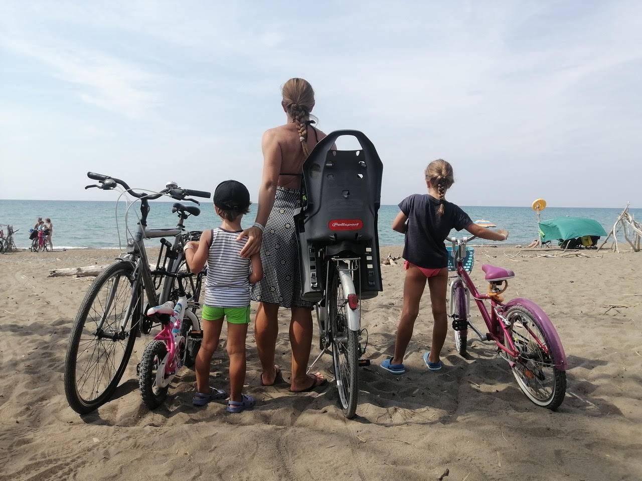 Federica Molteni in bici con la famiglia